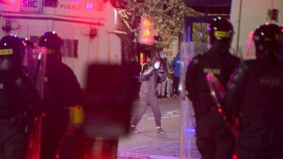 Още 14 полицейски служители пострадаха в 12-ата поредна нощ на