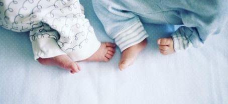 Заразени с COVID-19 2-месечни близнаци са настанени в болницата в