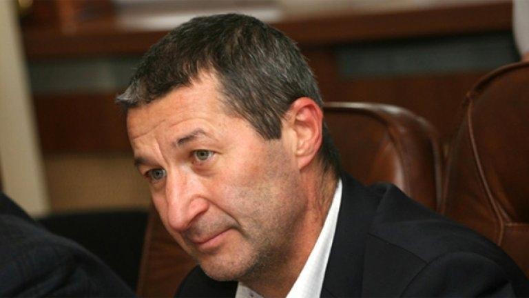 Сериозно е състоянието на икономиста Владимир Каролев, който пострада в