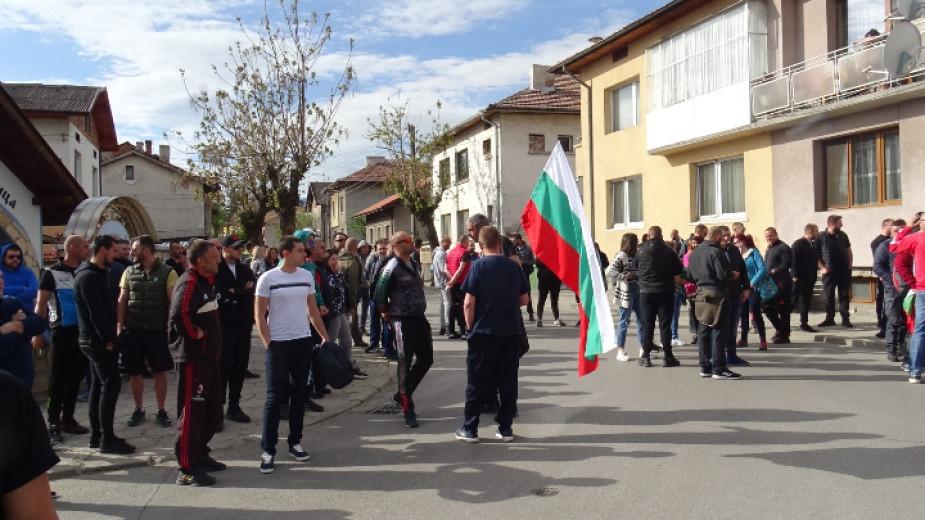 Мирен протест пред сградата на съда в Разлог в защита