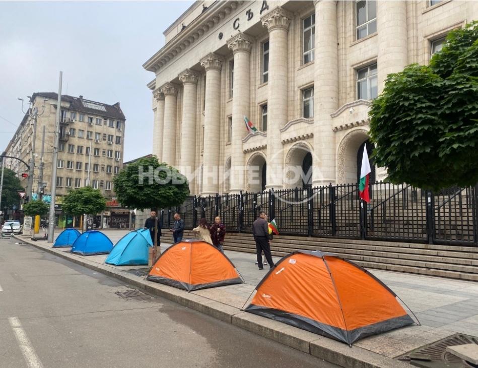 Протестиращи опънаха палатков лагер пред Съдебната палата в София.Недоволните се