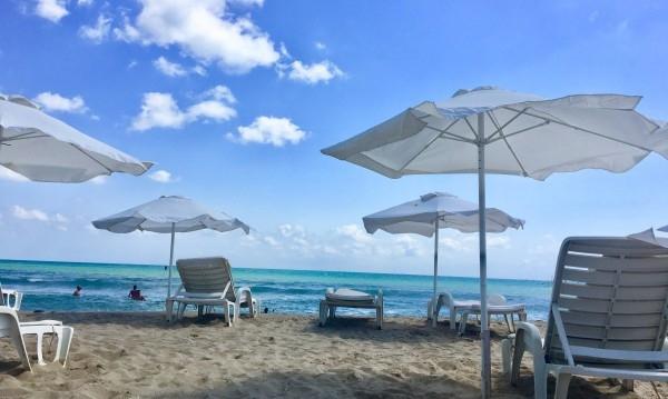 Чадърите и шезлонгите на общо 13 плажа през това лято