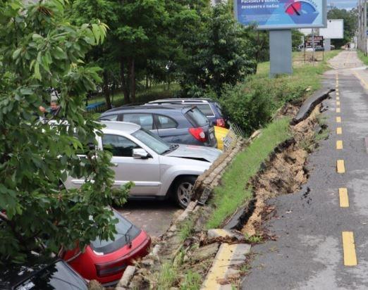 Велоалея се срути върху автомобили във Варна. Инцидентът се разиграва