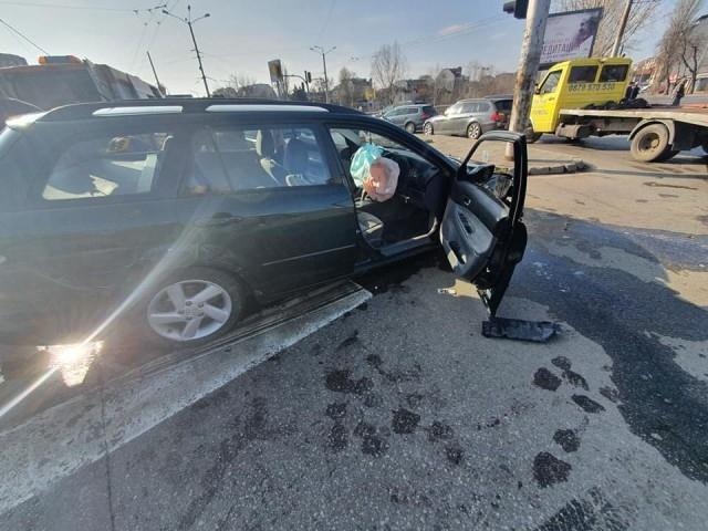 Верижна катастрофа в центъра на София. Ударили са се няколко