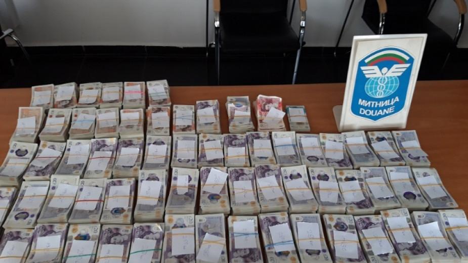 Недекларирани британски лири и евро на стойност близо два милиона