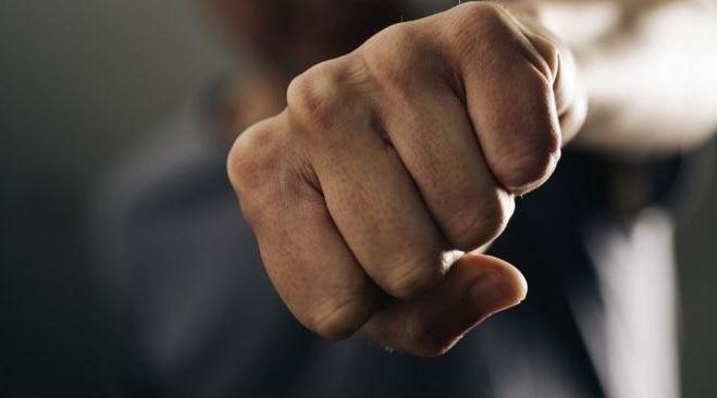 47-годишен мъж е задържан по обвинение, че е пребил до