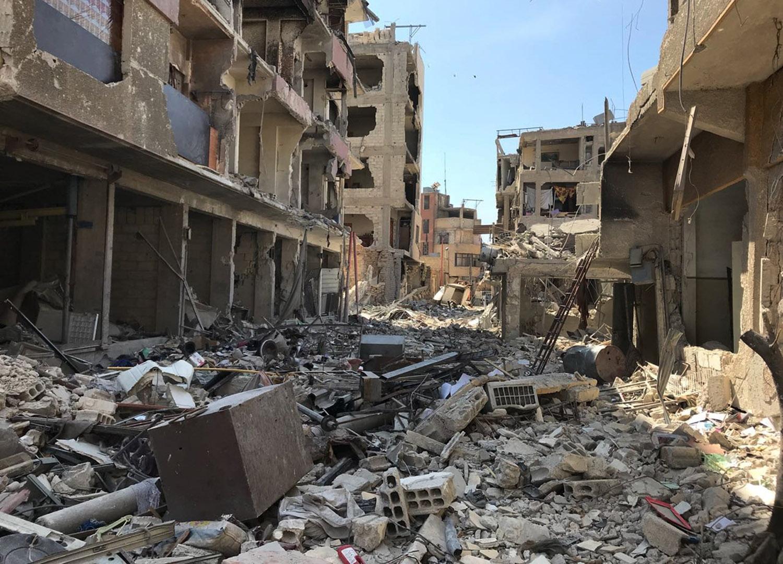 Най-малко 350 209 души са били убити в продължаващия едно